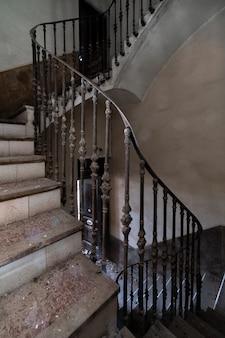Escalera de la mansión abandonada