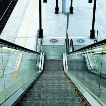 Escalera mecánica en el aeropuerto de francia con procesamiento fotográfico especial