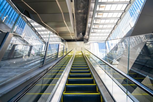 La escalera mecánica está en el centro comercial.