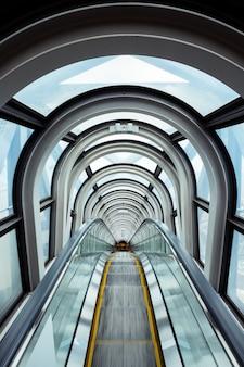 Escalera mecánica en edificio moderno
