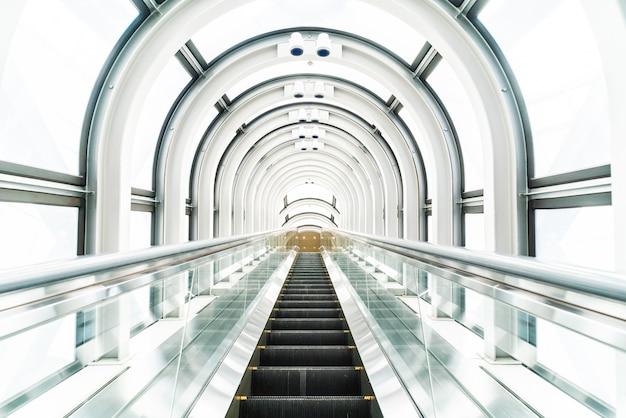 Escalera mecánica en el edificio del observatorio del jardín flotante