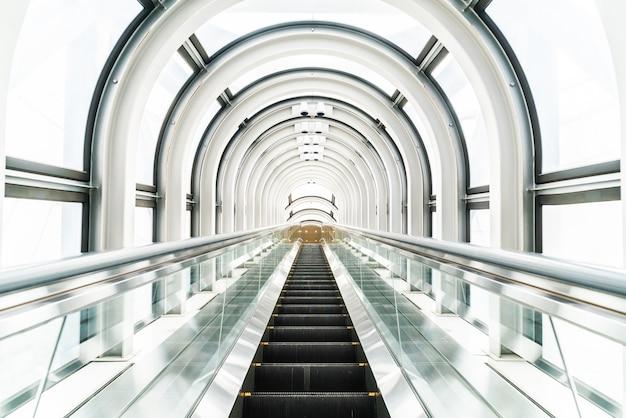 Escalera mecánica en el edificio del observatorio jardín flotante