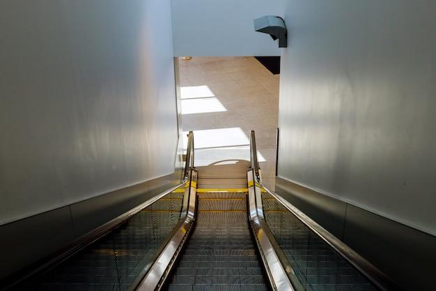 Escalera mecánica moderna dentro del aeropuerto internacional.