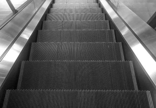 Escalera mecánica vacía bajando