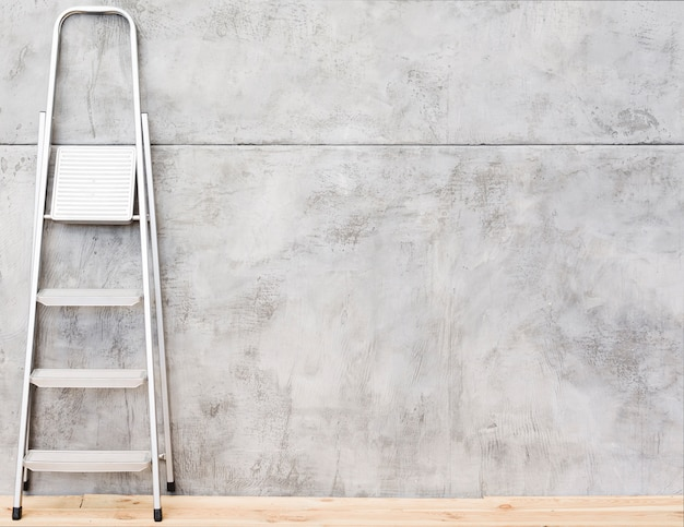 Escalera metalica con paneles de hormigón.