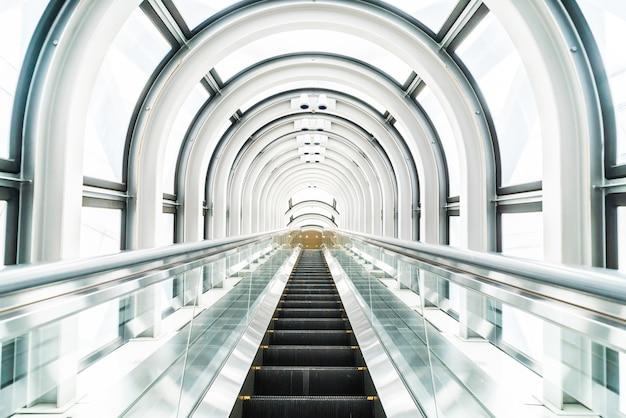 Escalera móvil en el edificio flotante jardín observatorio
