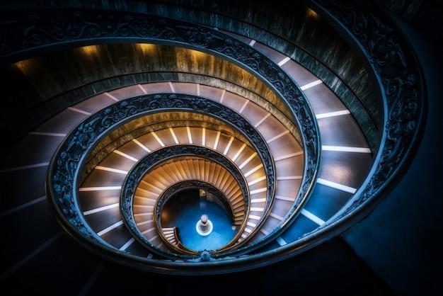 Escalera en los museos vaticanos, vaticano, roma, italia