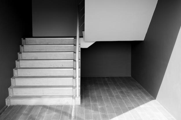 Escalera o escaleras, arquitectura moderna en blanco y negro del edificio.