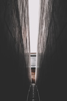 Escalera oscura del callejón estrecho