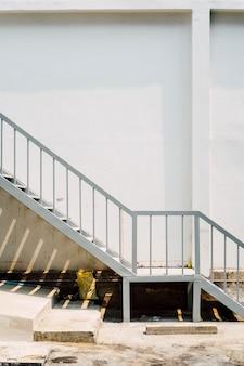 Escalera y pared blanca