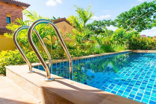 Escalera de pasamanos de acero inoxidable en piscina