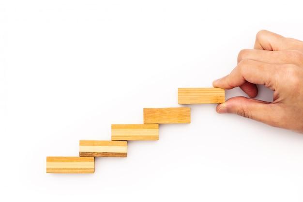Escalera paso al éxito. concepto de negocio exitoso escalón de madera