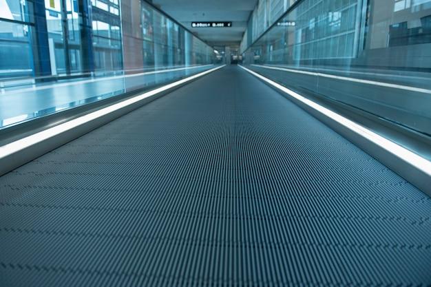 Escalera a pie camino dentro de la terminal del aeropuerto moderno