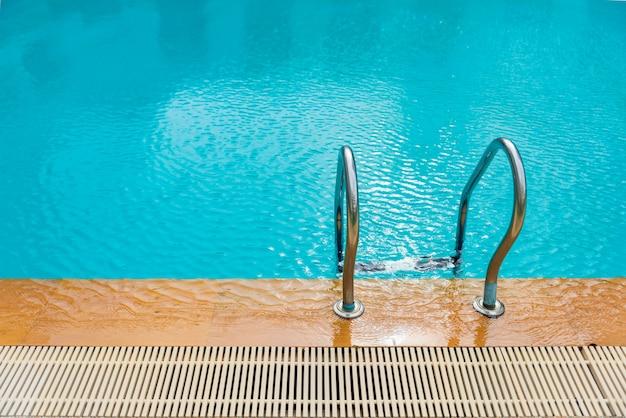 Escalera y piscina, camino abajo en piscina. relajación,