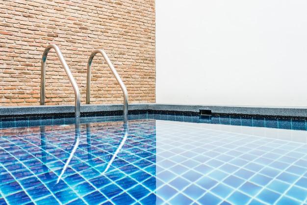 Escalera de piscina en hotel de lujo.