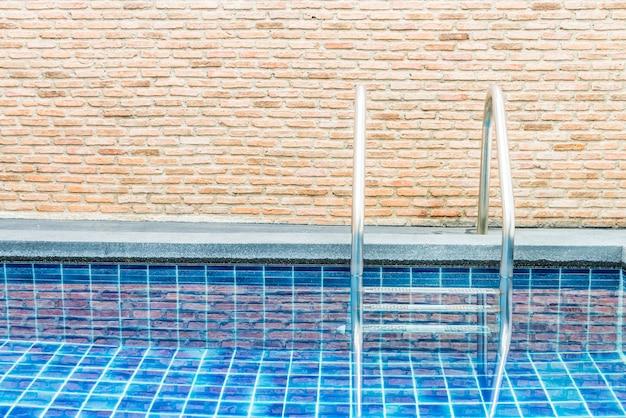Escalera de piscina en hotel resort de lujo.