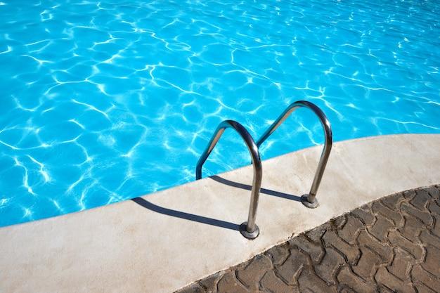Escalera a la piscina