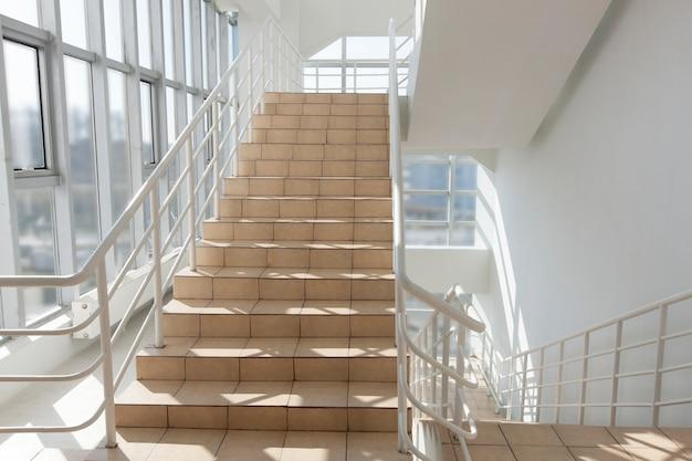 Escalera: salida de emergencia en el hotel, escalera de primer plano, escaleras interiores