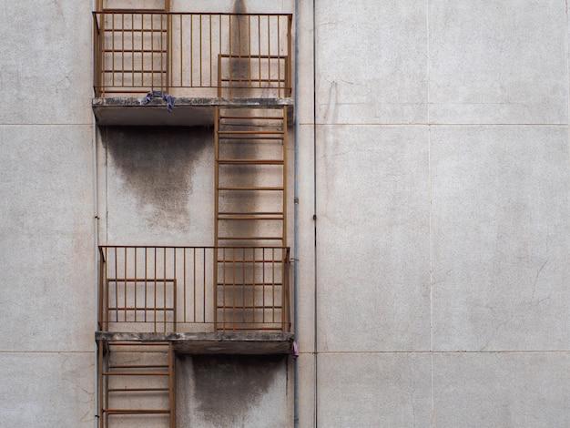 Escalera de salida de incendios fuera del edificio.