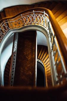 Escalera semicircular antigua con escaleras de madera