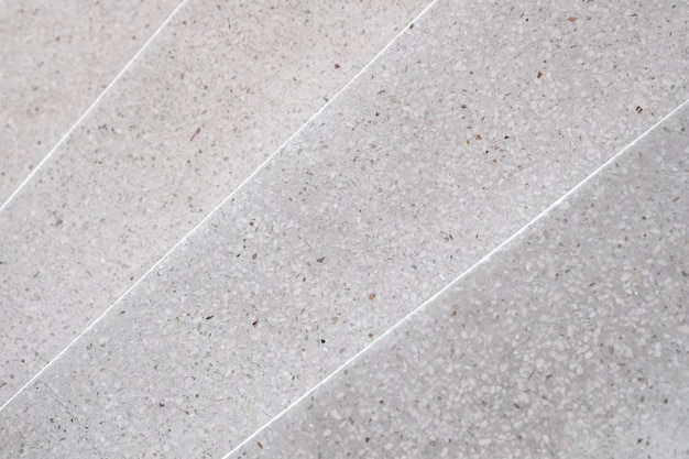 Escalera de terrazo y piso de piedra pulida