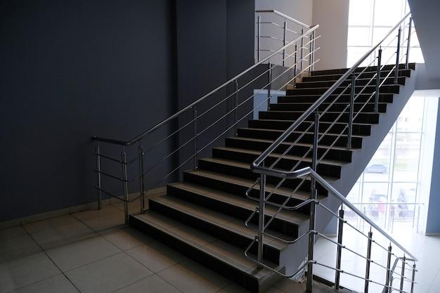 Una escalera vacía en un edificio de oficinas.