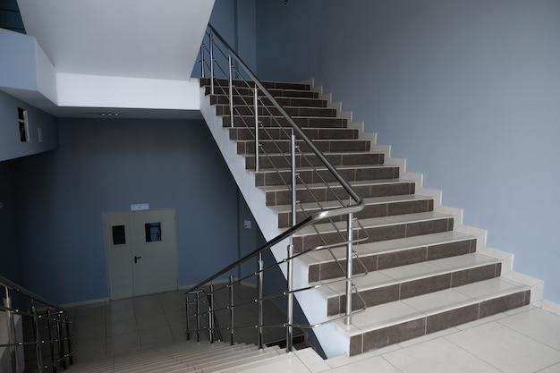 Una escalera vacía en una universidad, escuela, edificio de oficinas o centro comercial.