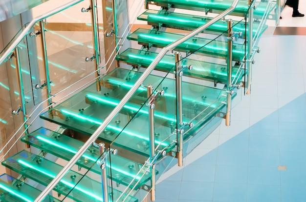 Escalera de vidrio de metal con luz de neón, retroiluminación led.