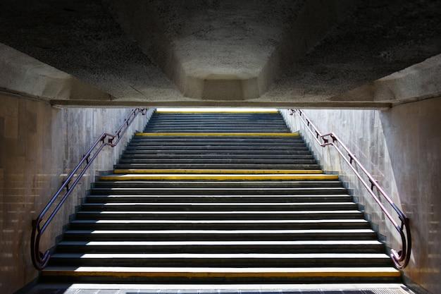 Escaleras arriba a la salida del pasaje subterráneo en el metro.