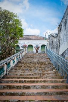 Escaleras y barandillas de cemento de estilo retro.
