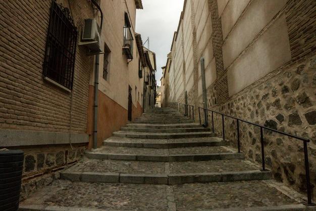 Escaleras en las calles medievales de toledo, en españa.