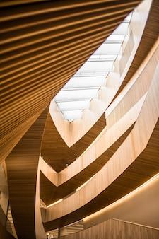 Escaleras de caracol marrón y blanco