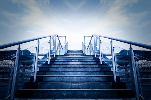 Escaleras dirección al sol