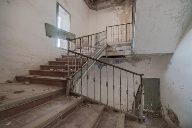 Escaleras de un edificio abandonado y en ruinas.