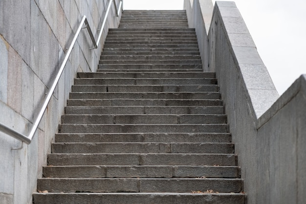 Escaleras de hormigón que conducen a la luz.