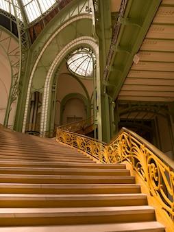 Escaleras interiores del gran palacio de parís francia