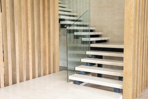 Escaleras de madera blancas en una casa