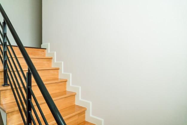 Escaleras de madera en la casa