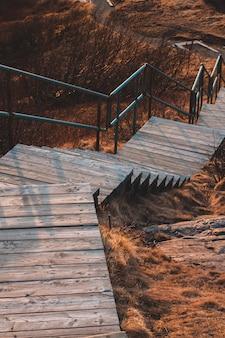 Escaleras de madera marrones vacías durante el día
