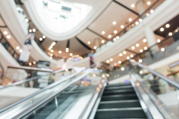 Escaleras mecánicas borrosas en un centro comercial