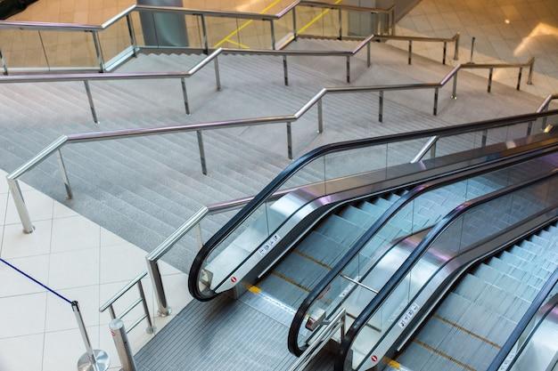 Escaleras mecánicas y escaleras