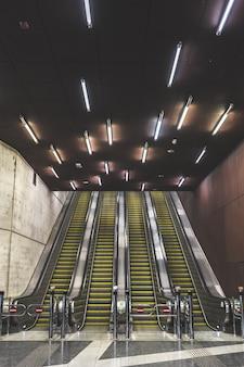 Escaleras mecánicas de una estación de metro en una ciudad urbana