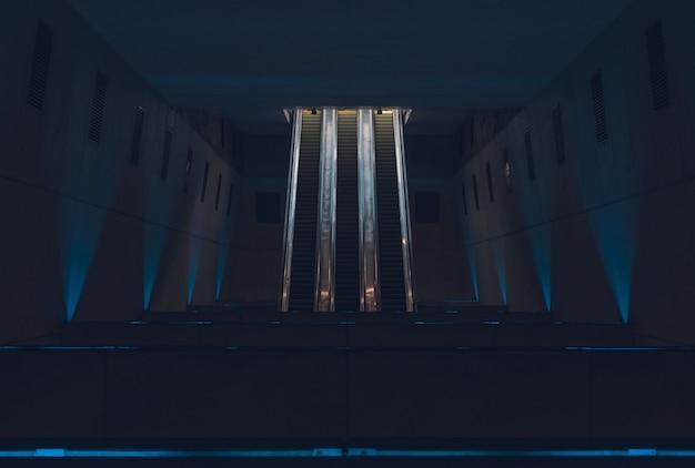 Escaleras mecánicas en la estación de metro por la noche