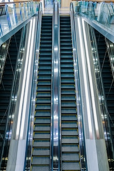Escaleras mecánicas de lujo moderno con escalera en el aeropuerto
