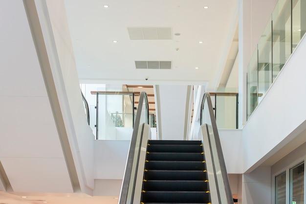 Escaleras mecánicas en modernos edificios de oficinas