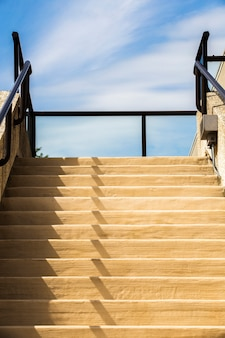 Escaleras modernas con cielo azul