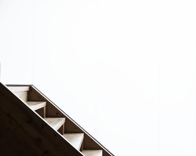 Escaleras y una pared blanca