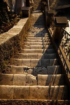 Escaleras y pared de piedra de canto rodado. hermosas escaleras de roca y pared de roca con escalones de cemento, arquitectura de materiales naturales c