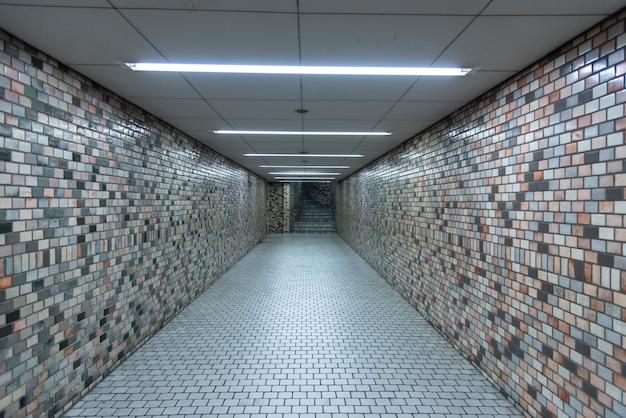 Escaleras, pasarelas en la estación de metro.