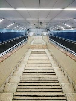 Escaleras de piedra blanca que atraviesan el edificio.